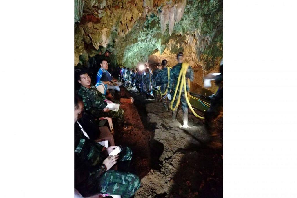 (Gambar atas) Pasukan penyelamat membawa masuk peralatan yang diperlukan untuk membawa keluar kumpulan yang terperangkap. - Foto TENTERA LAUT DIRAJA THAI