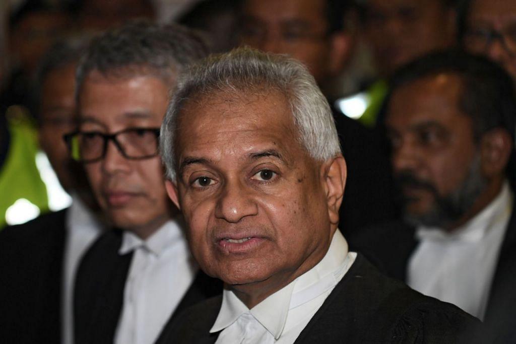 KEMUKA TUDUHAN: Peguam Negara Malaysia, Encik Tommy Thomas (menghadap kamera), mengetuai pasukan pendakwaan dan dibantu oleh 11 timbalan pendakwa raya (DPP). - Foto AFP