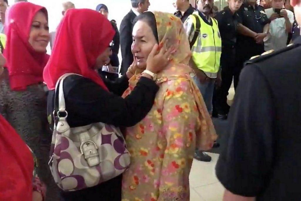 Datin Rosmah bertemu penyokongnya di luar Mahkamah Tinggi.