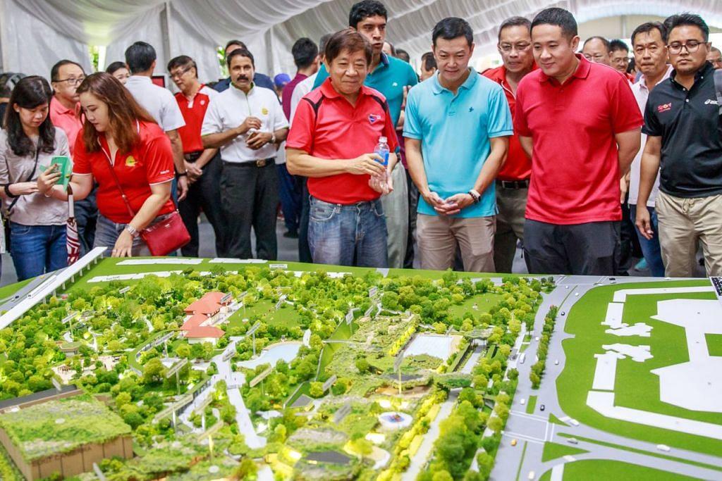 HAB DIPENUHI TUMBUHAN HIJAU: (Gambar atas dari kiri, berbaju merah dan memegang botol air) Encik Khaw Boon Wan, Encik Vikram Nair, Dr Lim Wee Kiak, dan juga Encik Amrin Amin sempat meneliti model seni bina hab bersepadu ini di acara pecah tanahnya yang berlangsung Ahad lalu. - Foto HAB SUKAN DAN MASYARAKAT SEMBAWANG