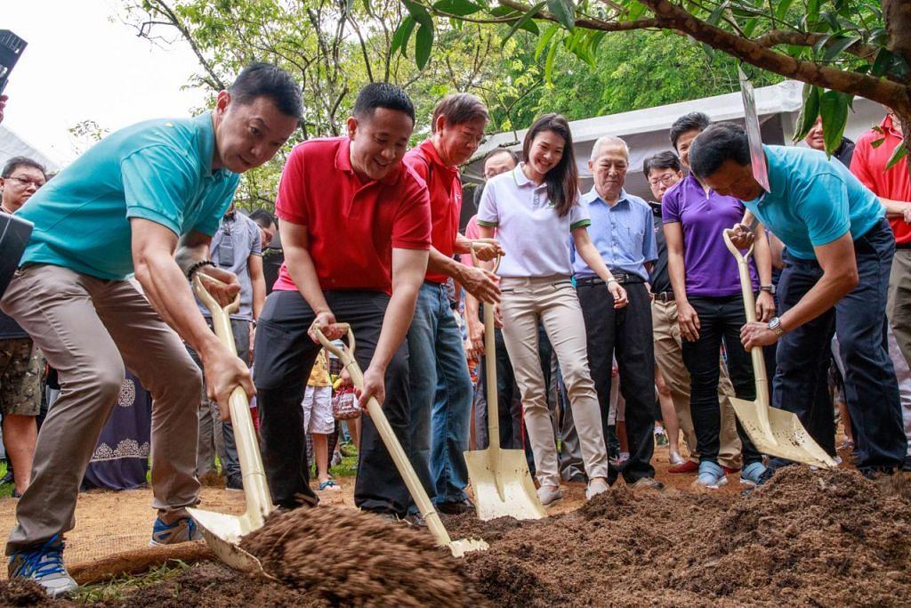 (Gambar atas) Encik Ong Ye Kung (paling kanan) Encik Khaw Boon Wan (tiga dari kiri), Encik Amrin Amin (dua dari kiri) dan Dr Lim Wee Kiak (paling kiri) bersama-sama menanam pohon Sembawang di majlis pecah tanah bagi Hab Bersepadu Sembawang. - Foto HAB SUKAN DAN MASYARAKAT SEMBAWANG