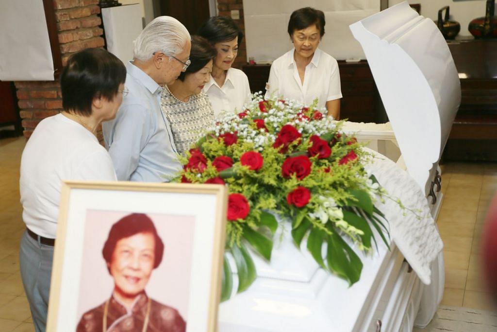 ZIARAH MENDIANG: Dr Tony Tan Keng Yam (dua dari kiri) dan isteri (di kirinya) menziarahi mendiang Cik Wee di kediaman keluarganya. - Foto BH oleh JONATHAN CHOO