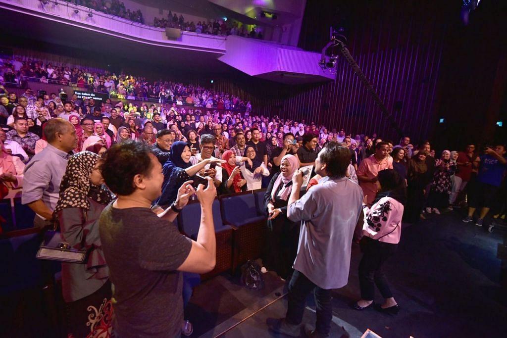GEMPAK: Lebih 1,500 penonton 'Konsert Suatu Masa Datuk M. Nasir' sama-sama menyanyikan lagu 'Satu Hari Di Hari Raya' di akhir konsert sempena meraikan perjalanan 40 tahun sifu muzik itu dalam kerjaya seni. - Foto  MEDIACORP SURIA