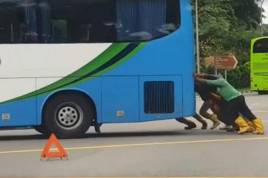 Foreign workers move bus blocking road, and win netizens' approval