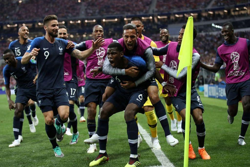 SANG JUARA RAIKAN KEMENANGAN: Bintang midfield Perancis, Paul Pogba (depan), yang menjaringkan gol ketiga pasukannya, 'diserbu' rakannya lain. Perancis memenangi Piala Dunia buat kali kedua dalam sejarahnya selepas menewaskan Croatia 4-2 malam tadi. - Foto REUTERS