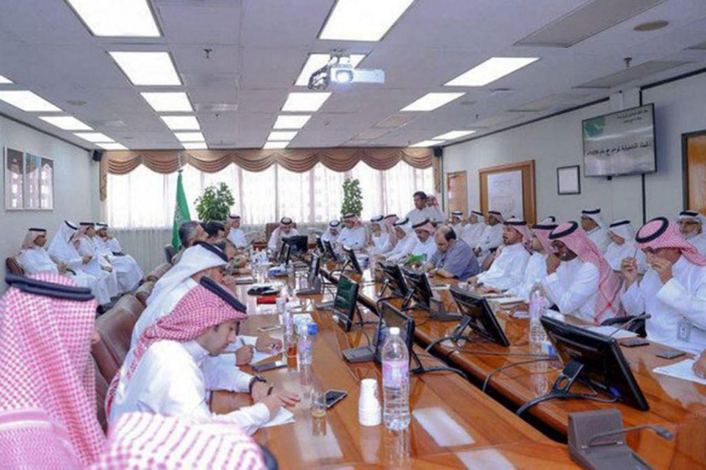 BUAT PERSIAPAN: Para pegawai Kerajaan Arab Saudi mengadakan mesyuarat mempergiat persiapan menyambut kunjungan jutaan jemaah. - Foto ARAB NEWS