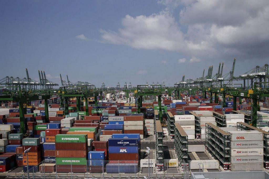 EKSPORT TERJEJAS: Ketegangan dagangan antara China dengan Amerika Syarikat boleh menjejas dagangan Singapura bagi bulan-bulan mendatang. - Foto fail