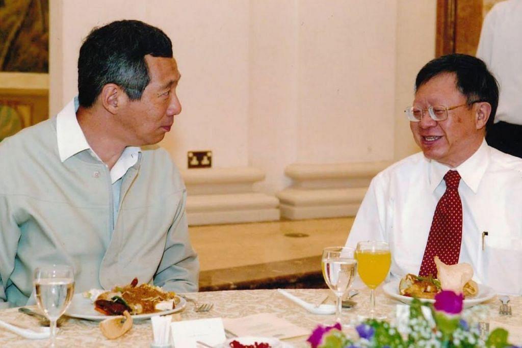 DAHULU DAN SEKARANG: Perdana Menteri Lee Hsien Loong memuat naik dua gambar di Facebooknya, foto (gambar atas) yang diambil pada 2008 semasa Encik Eddie Teo dilantik sebagai Pengerusi Suruhanjaya Perkhidmatan Awam dan satu lagi foto diambil baru-baru ini. Encik Lee berseloroh perbezaan yang ketara dalam gambar ialah uban rambut mereka. - Foto FACEBOOK PM LEE