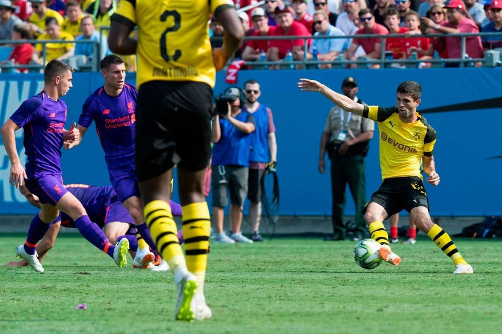 BERMAIN BAIK: Christian Pulisic (kanan) bermain cemerlang semasa mewakili pasukan Borussia Dortmund dengan menjaringkan dua gol semasa pasukannya menundukkan Liverpool. - Foto AFP