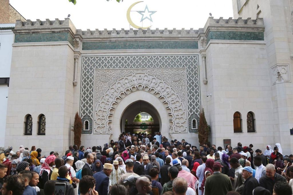 ANAK WATAN BARAT: Masyarakat Islam berkumpul di Grande Mosquee de Paris sewaktu perayaan Aidilfitri yang lalu. Ramai masyarakat Islam merasa selesa menetap di negara-negara Barat dan mereka menjiwai identiti mereka sebagai anak watan Barat justeru mampu menyelaraskan idea-idea baru seperti konsep kewarganegaraan, kebebasan berfikir dan beragama, kesaksamaan dan keadilan. - Foto AFP.