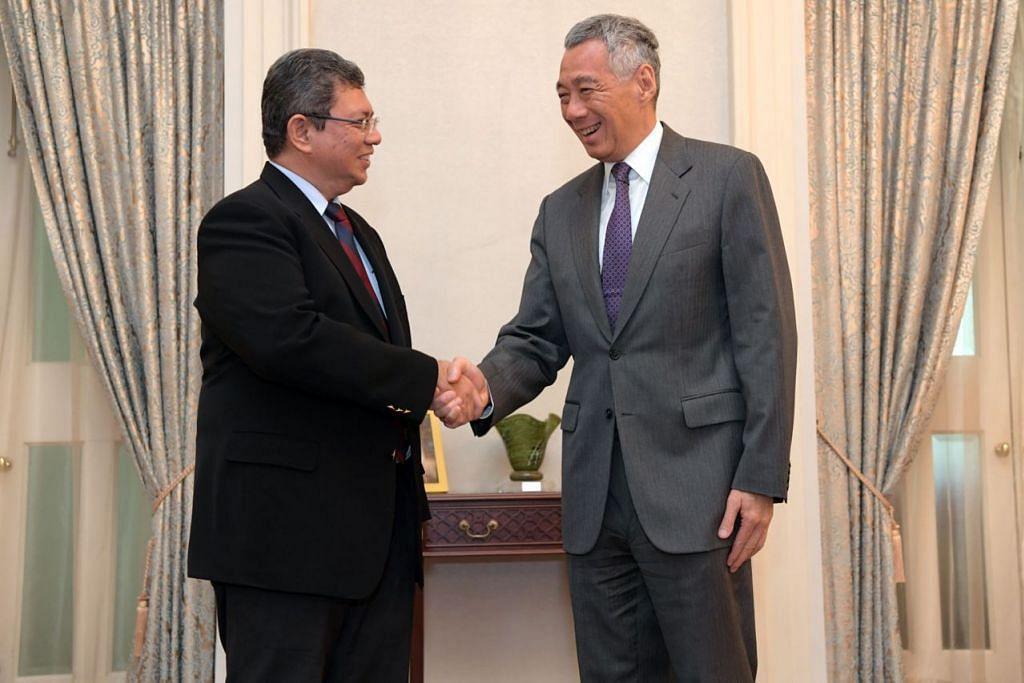 LAWATAN RASMI PERTAMA: Datuk Saifuddin menemui Perdana Menteri Lee Hsien Loong dalam lawatan rasmi pertamanya sebagai Menteri Luar Malaysia semalam. - Foto BH oleh ALPHONSUS CHERN