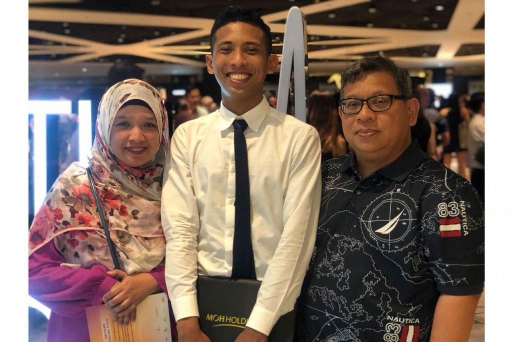 INGIN HULUR BANTUAN: Encik Suhaimi (tengah) menerima Anugerah Merit Penjagaan Kesihatan semalam. Beliau bergambar bersama ibunya, Cik Suriani Muhamed Ishak, dan bapanya, Encik Nasarudin Sulaiman. - Foto MOHH