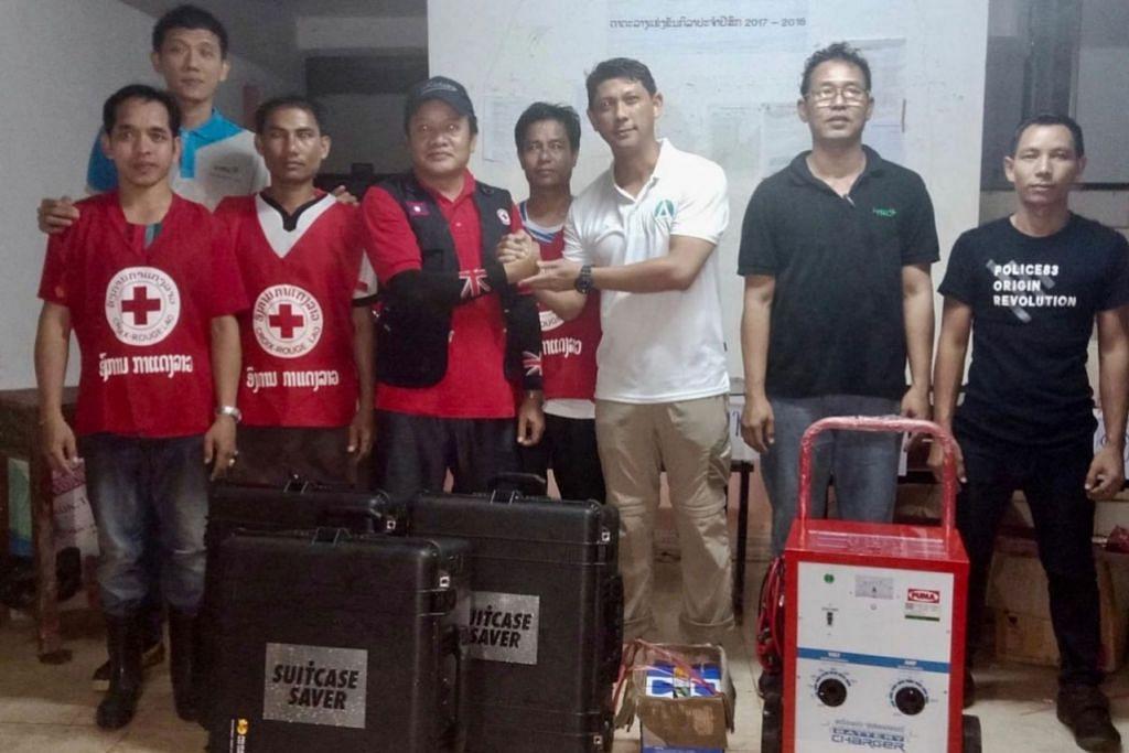 BANTU APA YANG BOLEH: Pasukan tiga anggota dari Singapura daripada HSL Constructor dan Aquayana termasuk Encik Hassan Ahmad (tiga dari kanan) bersama pegawai tempatan selepas menyerahkan sistem rawatan air yang dibawa kepada mereka. - Foto HSL CONSTRUCTOR/AQUAYANA