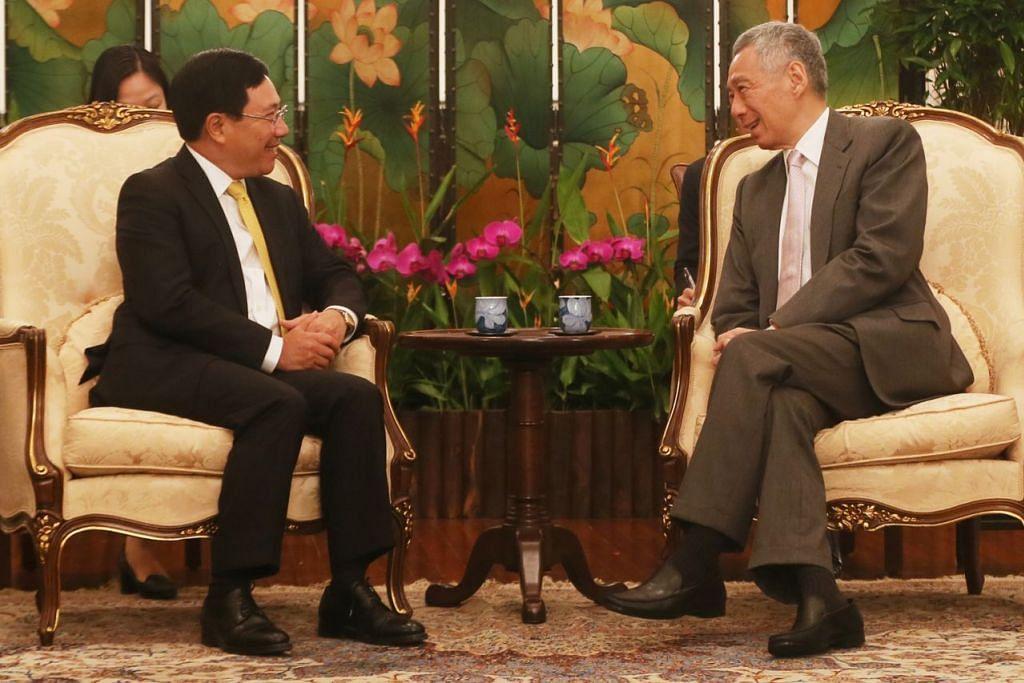 PERTEMUAN: Perdana Menteri Lee Hsien Loong (kanan) mengadakan pertemuan dengan Timbalan Perdana Menteri Vietnam Pham Binh Minh di Istana. - Foto BH oleh KELVIN CHNG