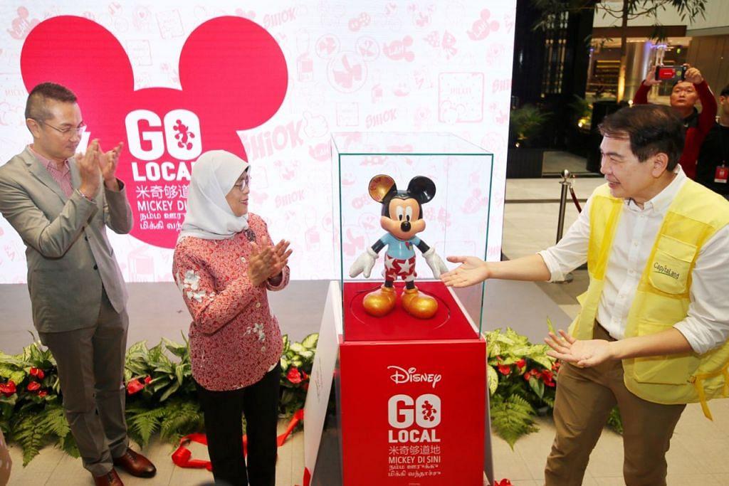 PELANCARAN: (Dari kiri) Pengarah Eksekutif The Walt Disney Company Singapore Encik Daniel Tan, Presiden Halimah Yacob, Presiden dan CEO CapitaLand Group Lim Ming Yan melancarkan patung Mickey Mouse. - Foto BH oleh GAVIN FOO