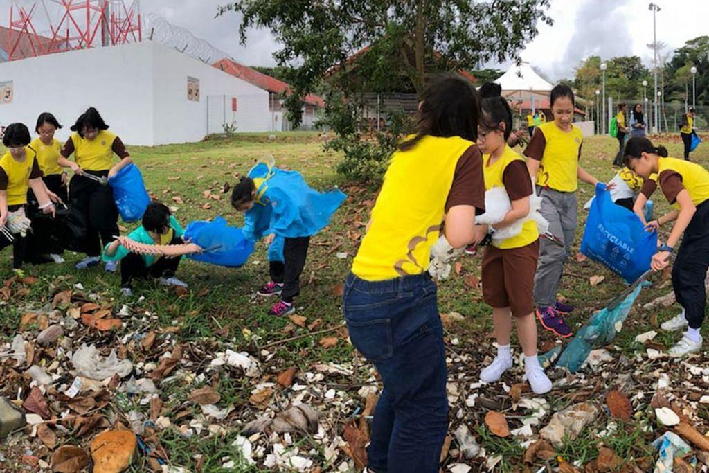 GOTONG ROYONG: Sekumpulan sukarelawan kelihatan membersihkan kawasan sekitar pantai baru-baru ini. - Foto BH oleh IQBAL FAIZAL, GGS