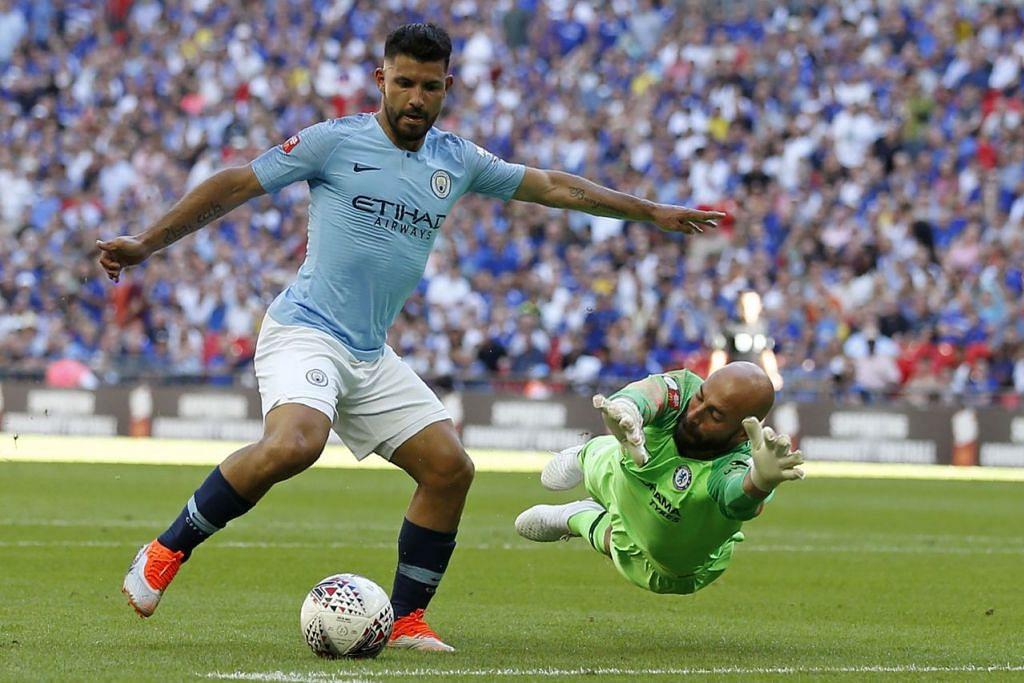 TUNGGAK CITY: Aguero (kiri) yang menjadi pemain pertama City untuk menjaring 200 gol berharap dapat terus memberikan persembahan yang terbaik untuk membantu City dalam memburu mahkota. - Foto AFP