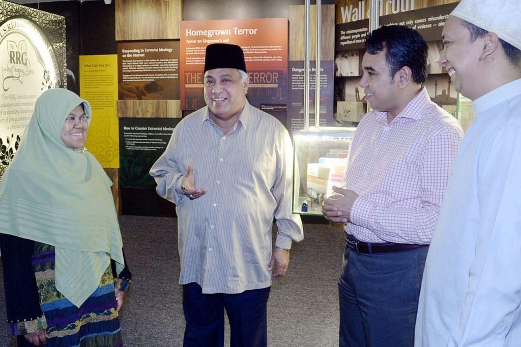 IKTIRAF SUMBANGAN: Penglibatan Ustaz Ali Haji Mohamed (dua dari kiri) dalam Kumpulan Pemulihan Keagamaan dihargai. - Foto fail