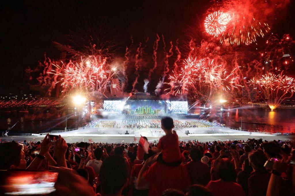 PERCIKAN SEMANGAT SINGAPURA: Pertunjukan bunga api yang disertakan pada akhir acara Perbarisan Hari Kebangsaan (NDP) tahun ini menyemarakkan lagi semangat penonton menyambut ulang tahun negara tercinta.