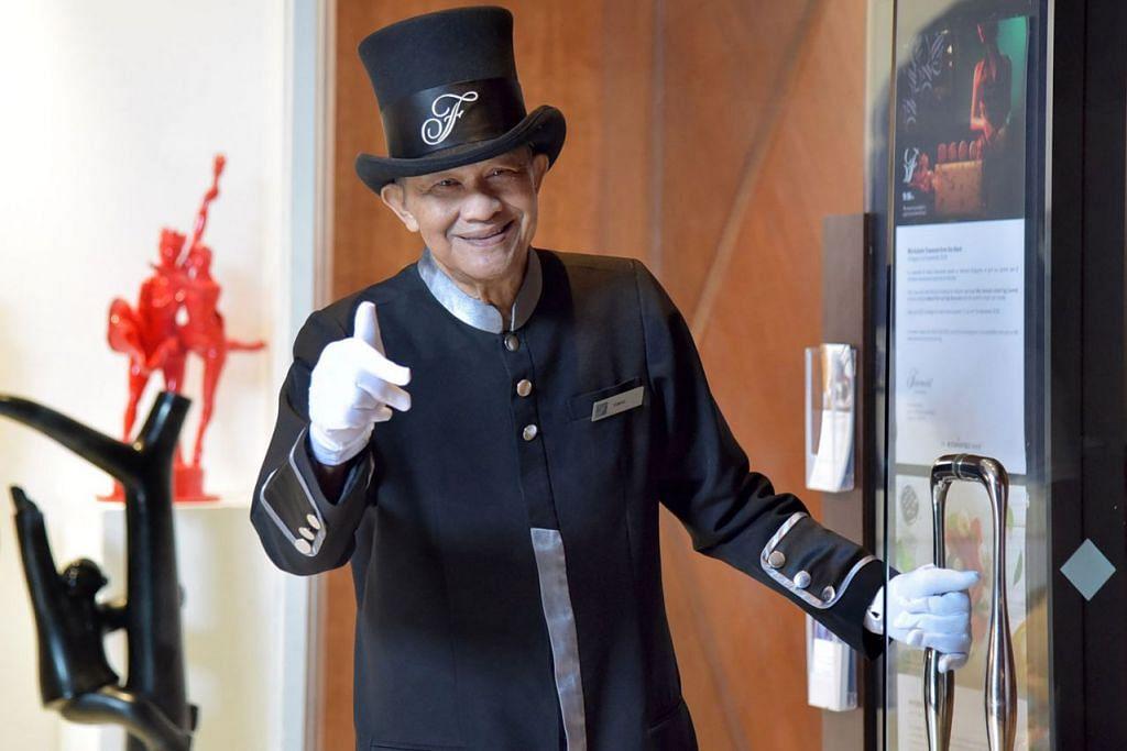 ENCIK ISMAIL BUANG: Suka bertugas sebagai penjaga pintu terutama apabila melihat tetamu gembira dengan khidmat yang diberikannya. - Foto-foto BH oleh LIM SIN THAI