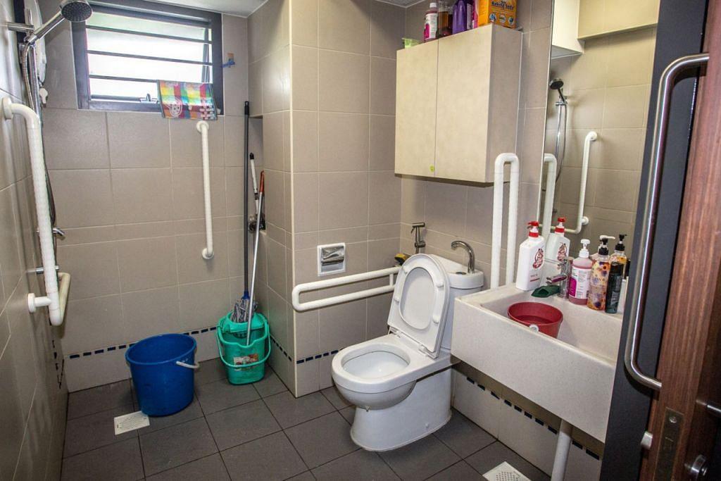 KESELAMATAN DIUTAMAKAN: Ruang tandas flat di Kampung Admiralty dilengkapkan dengan kemudahan mesra warga emas seperti selusur tangan yang memudahkan warga menggunakan tandas dengan selamat.  - Foto BH oleh ZALEHA ABDUL KADER