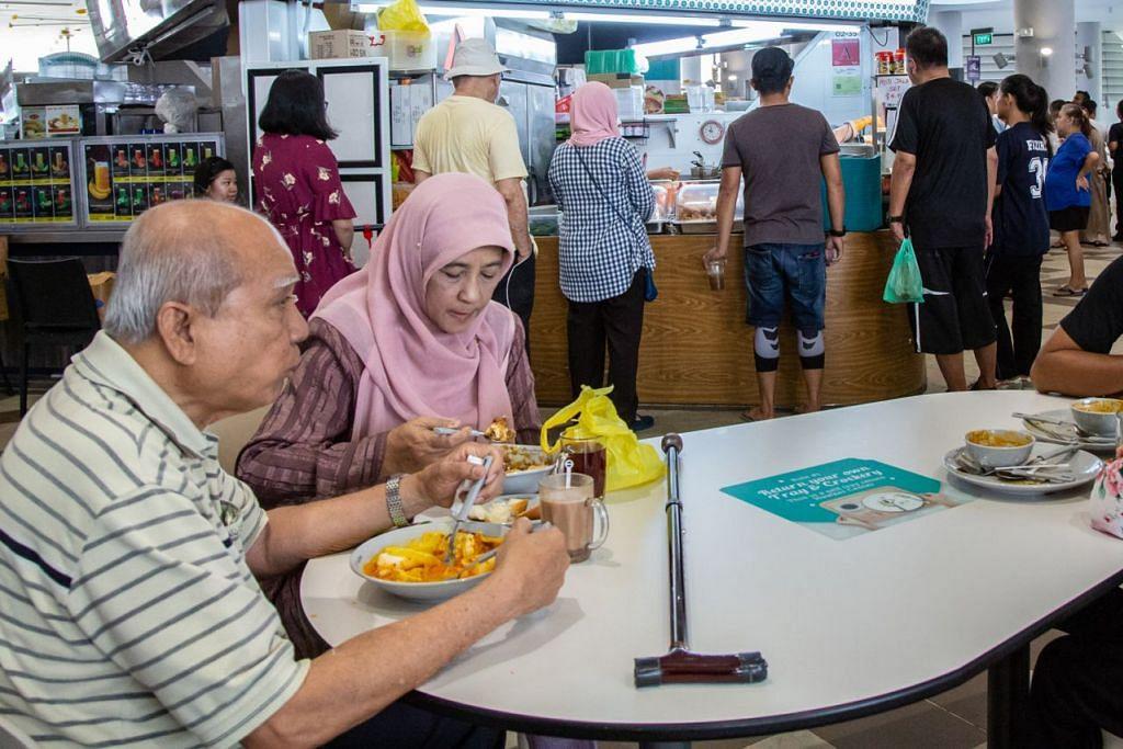 BERANEKA KEMUDAHAN: Antara kemudahan yang tersedia ialah sebuah kedai kopi yang terletak di aras dua Kampung Admiralty, di mana orang ramai termasuk penduduk, dapat menikmati pelbagai pilihan gerai makanan.  - Foto BH oleh ZALEHA ABDUL KADER