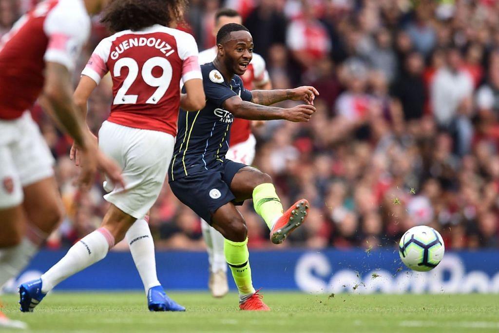 BERMAIN CEMERLANG: Raheem Sterling (kanan) merupakan penjaring pertama Manchester City ketika pasukannya tundukkan Arsenal 0-2 di padang lawan. - Foto AFP