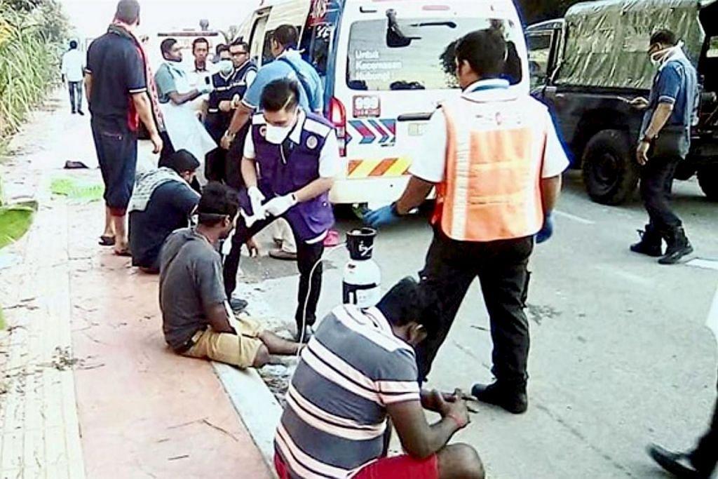 DIBERI RAWATAN: Pasukan perubatan sedang memberi rawatan kepada beberapa pekerja yang terjejas oleh kebocoran gas ammonia yang berlaku di kilang ais di Shah Alam kelmarin. - Foto THE STAR