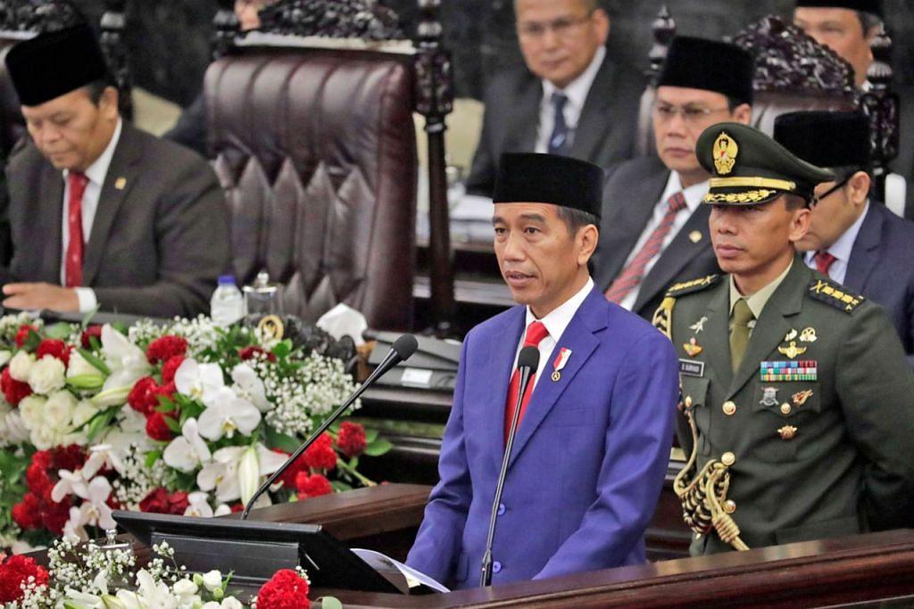 BENTANG AMANAT TAHUNAN: Presiden Jokowi dalam amanat tahunan kepada Parlimen berkata Pemerintah akan mempercepat pembangunan prasarana yang berupaya mewujudkan pusat-pusat ekonomi baru yang akan memberikan nilai tambah kepada wilayah Indonesia. - Foto EPA