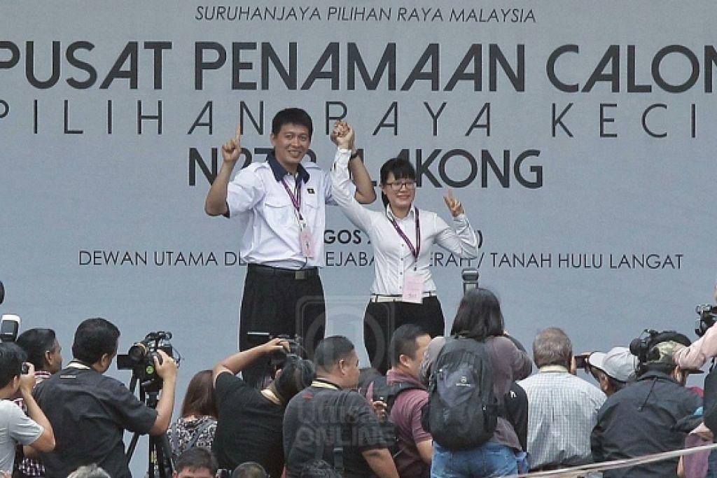 Encik Tan Chee Teong bersama Cik Wong Siew Ki selepas diumumkan sebagai calon PRK Balakong pada Sabtu, 18 Ogos.
