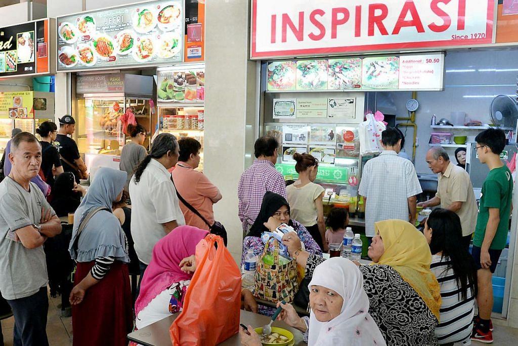 BUDAYA UNIK: Seperti pusat penjaja lain, Pusat Penjaja Bedok ini sesak dengan pelanggan pelbagai bangsa dan agama terutama pada pagi hari untuk membeli makanan di gerai-gerai. - Foto fail