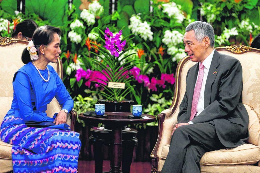 PERERAT HUBUNGAN: Cik Aung San Suu Kyi bertemu Encik Lee Hsien Loong pada hari pertama kunjungan empat hari ke Singapura. - Foto BH oleh TIMOTHY DAVID