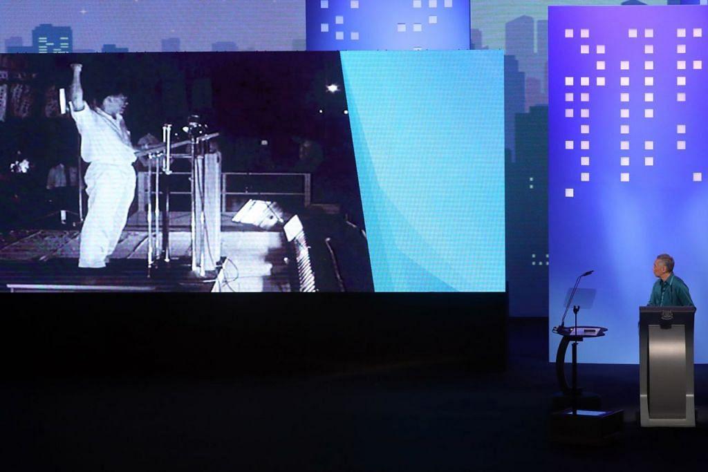 MENGENANG JASA: Perdana Menteri Lee Hsien Loong menyaksikan video Perdana Menteri ketika itu Encik Lee Kuan Yew memberi ucapan di Padang pada 1959. - Foto BH oleh GAVIN FOO
