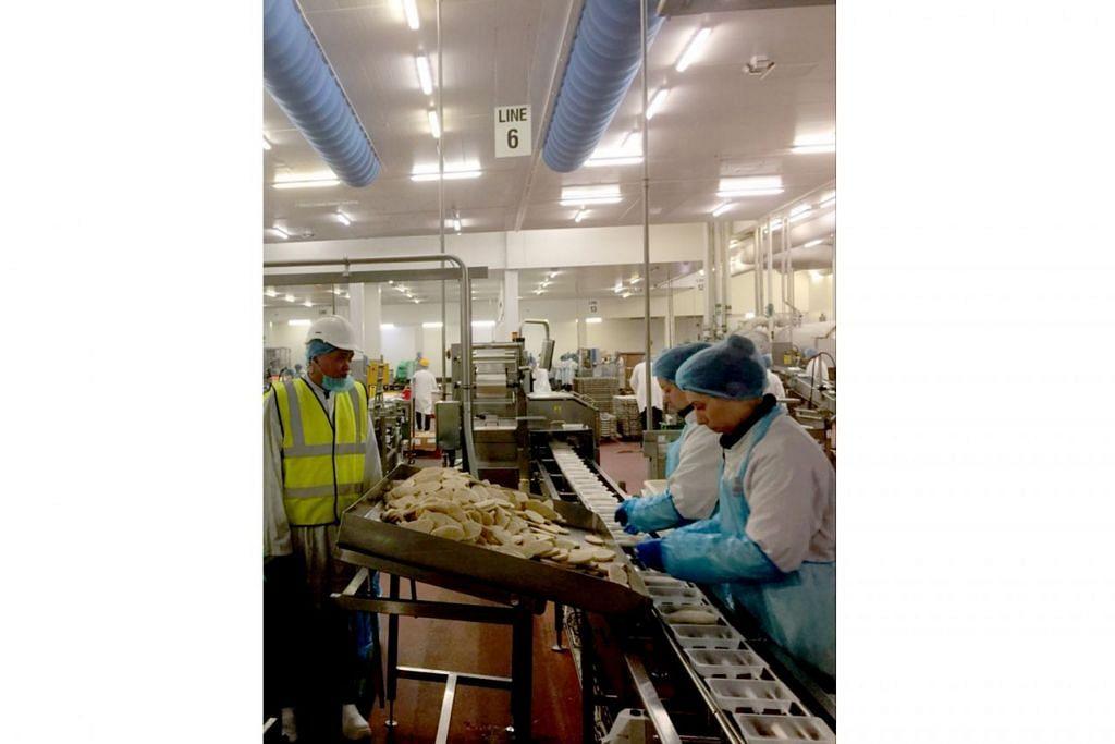 LAKU AUDIT: Encik Fazil (kiri) sedang melakukan audit ujian bagi produk vegan di kilang pengeluaran Marlow Food di Newcastle, Britain. – Foto SIMPLYHALAL INTERNATIONAL