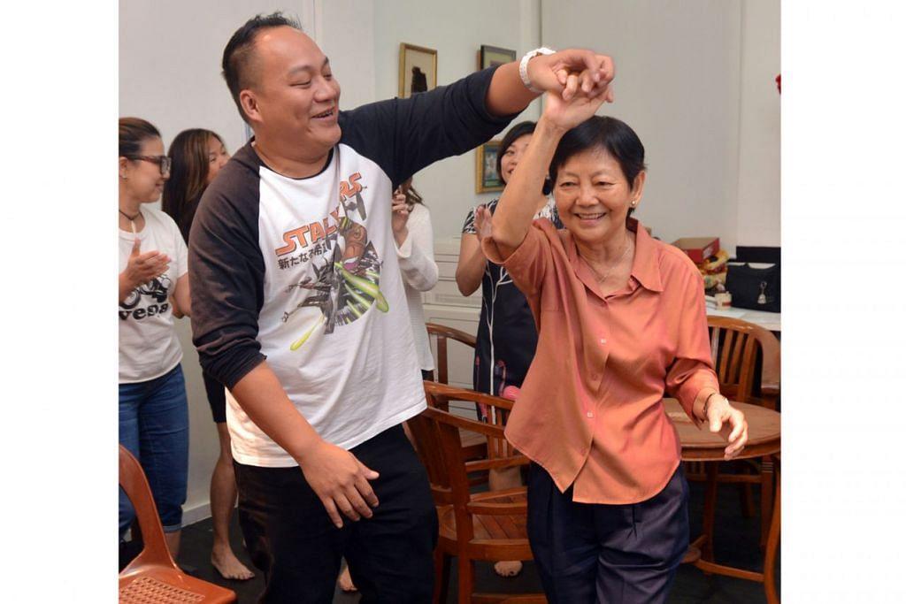 DI BALIK TAKBIR: Jessie Cheang (kanan) menghidupkan watak selaku ibu kepada Sebastian Sim semasa sesi latihan Lu Siapa? baru-baru ini. - Foto BH oleh AZIZ HUSSIN