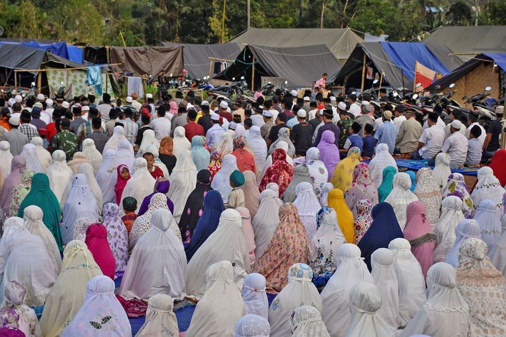 SOLAT BERAMAI-RAMAI: Penduduk setempat mengadakan solat Aidiladha di kawasan kem sementara di Kampung Kekait Village, Lombok Barat, pada Rabu lalu. - Foto REUTERS