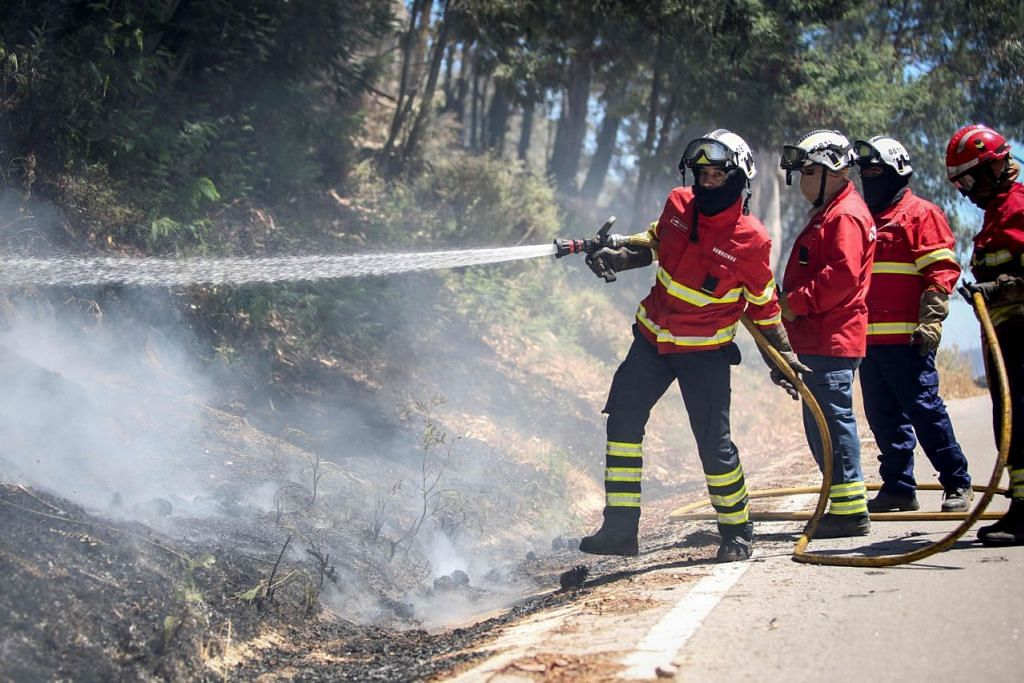 KONTANG AIR: Cuaca panas turut menyaksikan anggota bomba bekerja lembur bagi mengatasi insiden kebakaran hutan yang semakin kerap dan mengancam keselamatan penduduk (gambar atas). - Foto AFP