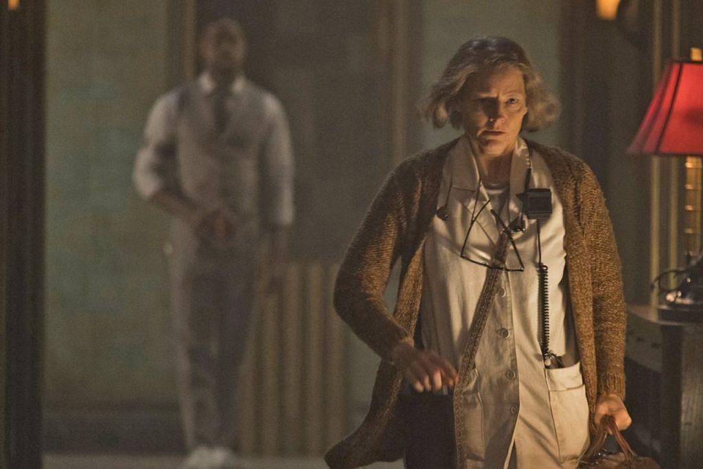 ANTARA ADEGAN: Dalam filem Hotel Artemis, Jodie Foster menjalani transformasi fizikal utnuk kelihatan lebih tua. - Foto GOLDEN VILLAGE PICTURES