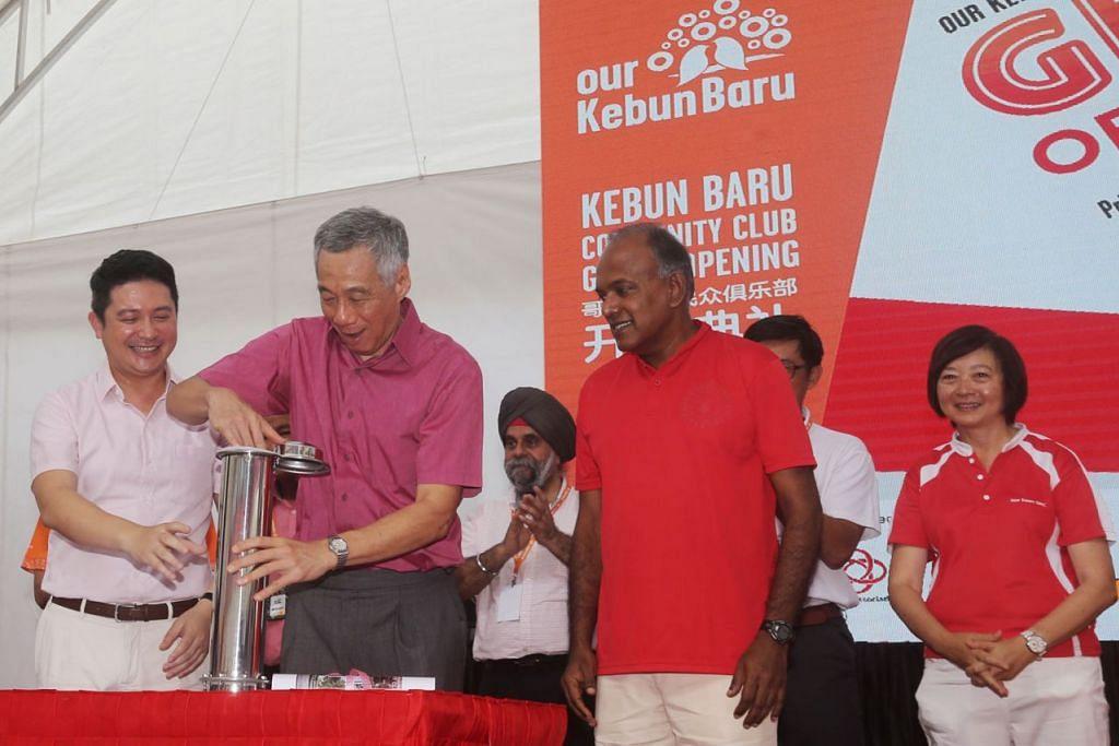 BERWAJAH BARU: Perdana Menteri Lee Hsien Loong (dua dari kiri) semalam melancarkan Kelab Masyarakat Kebun Baru yang dipertingkatkan bersama Anggota Parlimen GRC Nee Soon, Encik Henry Kwek (kiri) dan Menteri Ehwal dalam Negeri merangkap Undang-undang, Encik K Shanmugam (di kiri Encik Lee) dan Dr Lee Bee Wah (kanan). - Foto ZAOBAO