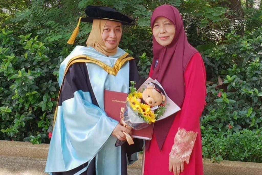 SENTIASA PEGANG PESANAN IBU: Dr Udiana Jamaluddin (kiri) bergambar dengan ibunya, Hajah Afidah Sapuan (kanan), di majlis tamat pengajian baru-baru ini. Beliau menyifatkan kesungguhan ibu bapanya memupuk budaya cintakan ilmu dalam dirinya sebagai antara motivasi mengejar ijazah EdD. - Foto ihsan DR UDIANA JAMALUDDIN