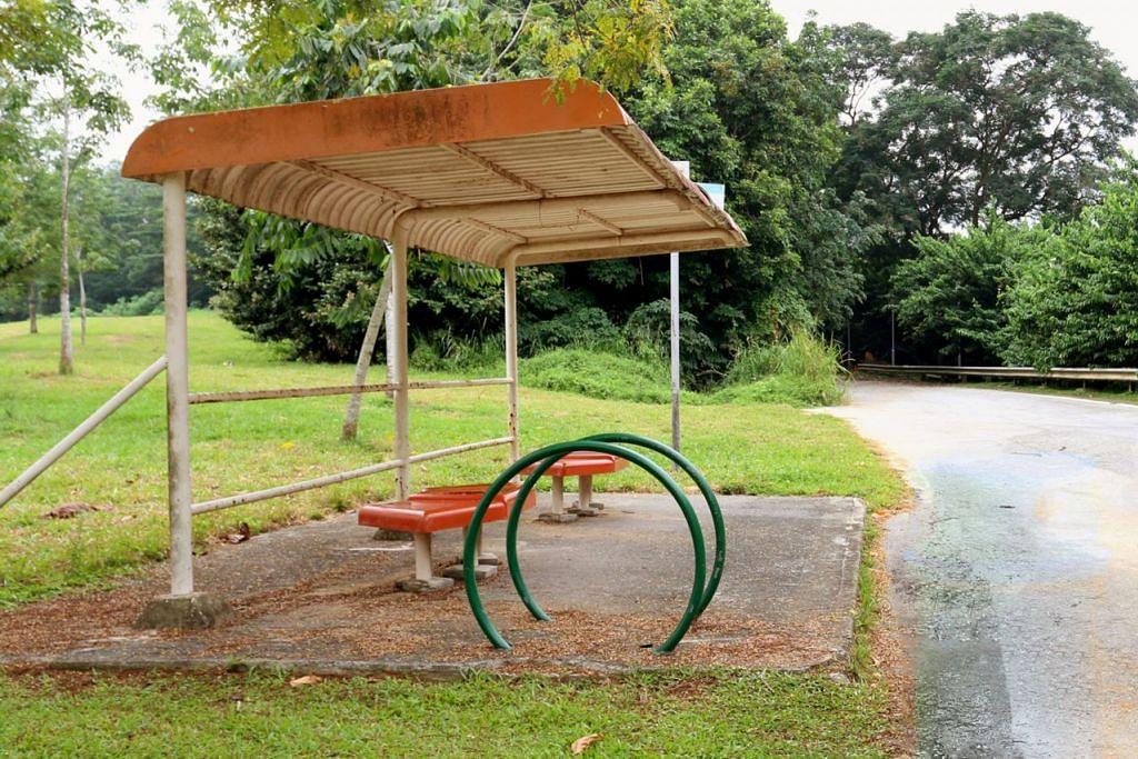 JALAN LAMA DITUTUP: Sebuah perhentian bas yang lama dan pernah digunakan bagi khidmat bas 82 dan 83 di Old Punggol Road ini akan dikekalkan untuk dijadikan tempat berehat bagi laluan Jejak Warisan baru. - Foto HDB