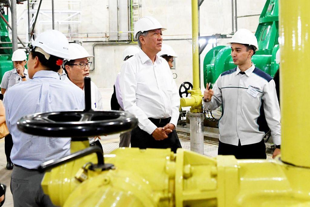 DPM Teo Chee Hean ketika mengulas mengenai pelaburan yang perlu dibuat demi memastikan keselamatan air negara, contohnya Sistem Pembetungan Terowong Dalam (DTSS) yang membekal kumbahan yang digunakan bagi AirBaru kepada loji Changi.  - Foto BH oleh KHALID BABA