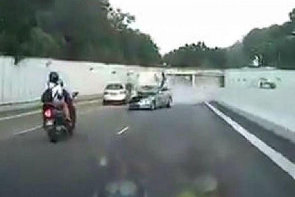 VIDEO NAHAS DIRAKAM: Sebuah kereta Mercedes dari arah bertentangan melanggar motosikal di Ekspreswe Ayer Rajah dalam kemalangan pada 19 Disember 2016. - Foto FACEBOOK