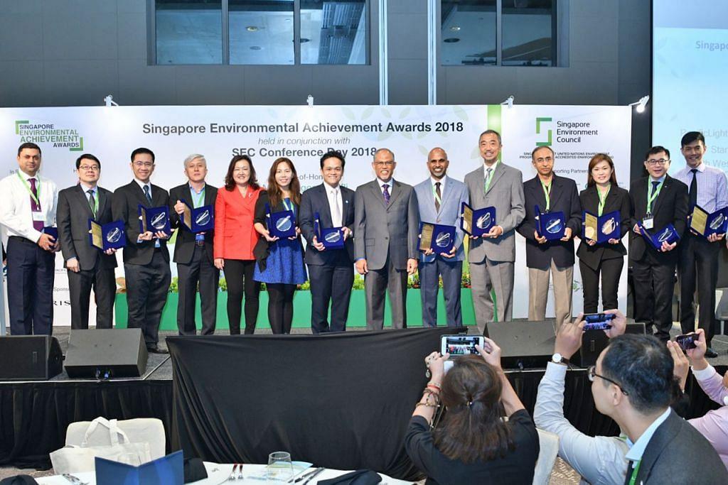 DIIKTIRAF DEK USAHA BAIK: 14 syarikat dan organisasi menerima Anugerah Pencapaian Alam Sekitar Singapura atas amalan perniagaan mereka yang mampan semalam sempena Persidangan SEC 2018 yang dihadiri Encik Masagos (tengah) sebagai tetamu terhormat. - Foto SEC Conference 2018