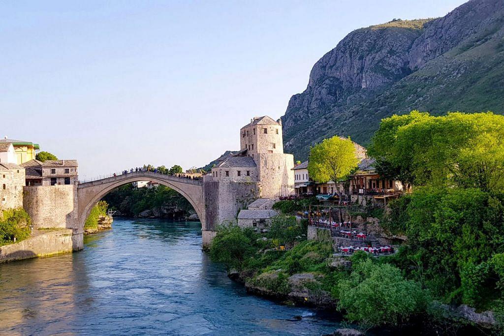 INDAH BAGAIKAN LUKISAN: Pemandangan memukau The Old Bridge, atau Jambatan Lama Mostar yang terletak di wilayah selatan Bosnia Herzegovina. - Foto SAHARI SARIMAN
