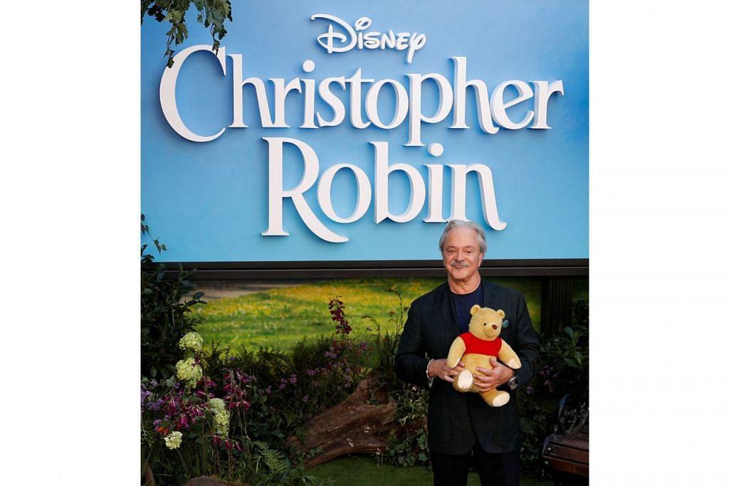 LAKON PELBAGAI WATAK: Pelakon Jim Cummings, meminjam suara bagi watak Winnie the Pooh dan Tigger, menghadiri tayangan perdana filem Christopher Robin di tengah London. Beliau juga meminjamkan suara bagi Christopher Robin.- Foto REUTERS