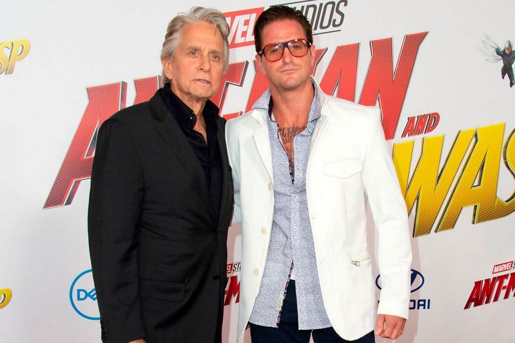 BERI SOKONGAN: Michael (kiri) dan anaknya, Cameron Douglas menghadiri tayangan Ant-Man di Hollywood, California. - Foto AFP