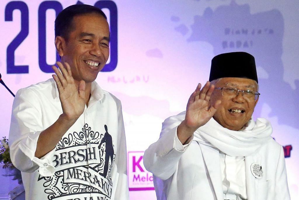 TAMBAH PELUANG: Dapatan tinjauan nampaknya menyokong anggapan bahawa memilih Dr Ma'ruf (kanan)sebagai pasangannya membantu Encik Jokowi menarik pengundi Muslim dan mencerahkan peluangnya mempertahan jawatannya. - Foto EPA-EFE.