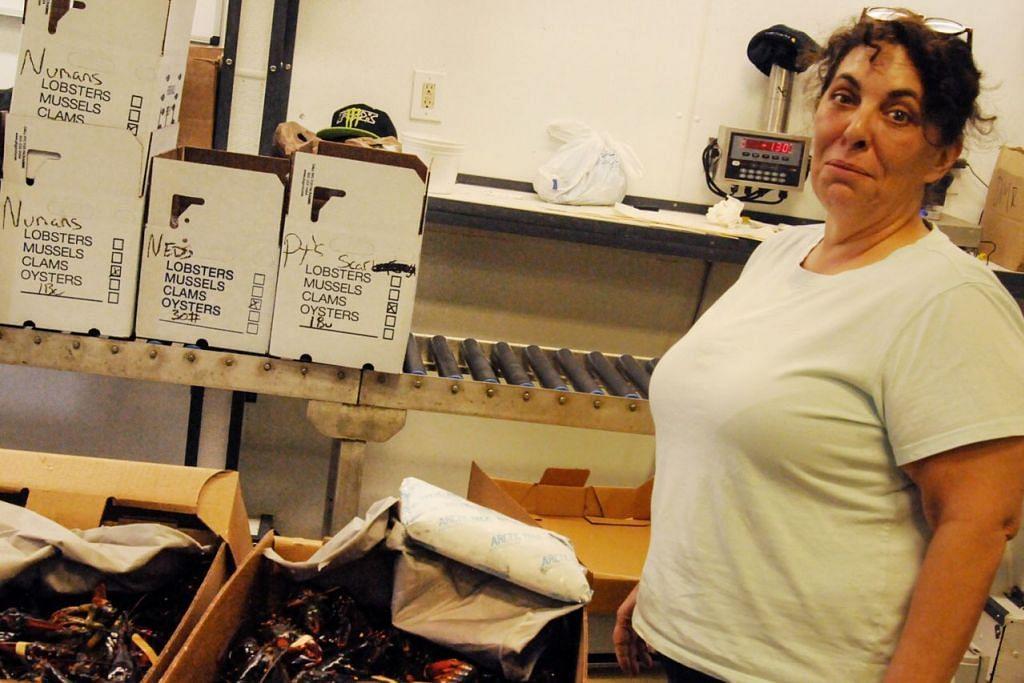 PEKERJA JADI MANGSA: Akibat tarif balasan yang dikenakan China ke atas import makanan laut Amerika, perniagaan udang karang Cik Stephanie Nadeau merosot dan beliau membuang tiga pekerja. - Foto ST