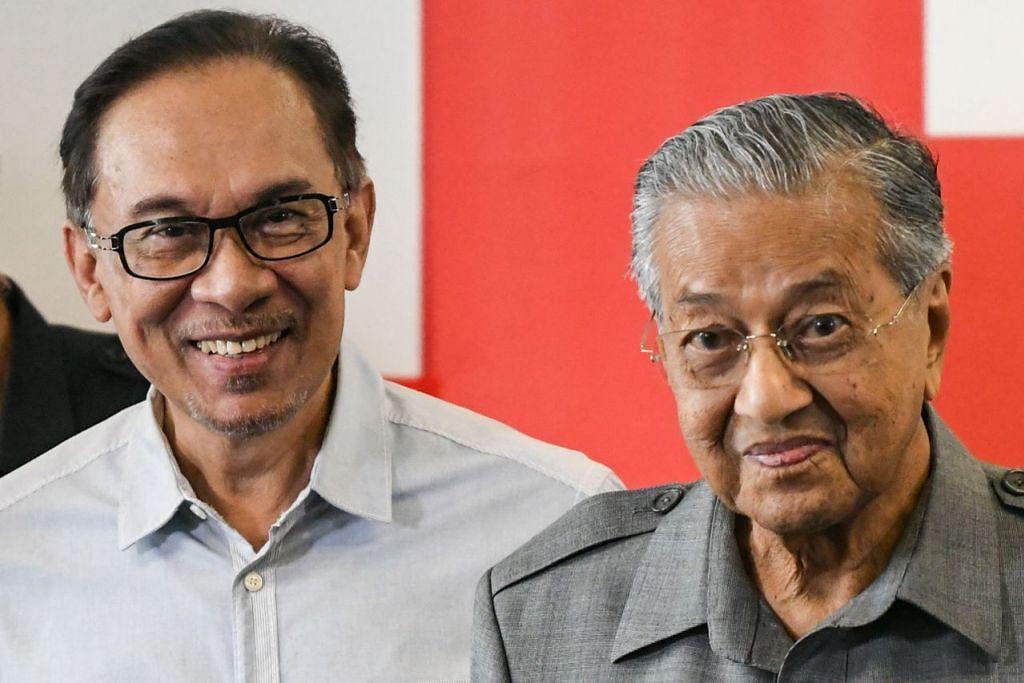 PERALIHAN: Dr Mahathir (kanan) berkata beliau akur dengan persetujuan bahawa beliau akan menjadi Perdana Menteri sementara bagi tempoh yang disebut iaitu dua tahun sebelum menyerahkan jawatan itu kepada Datuk Seri Anwar (kiri). - Foto fail